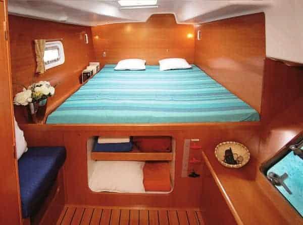 Dormitorio catamaran en ibiza Lagoon 380