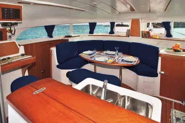 Interiores catamaran en ibiza Lagoon 380