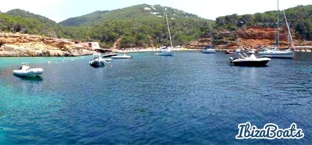 cala_saladeta_barcos_ibizaboats